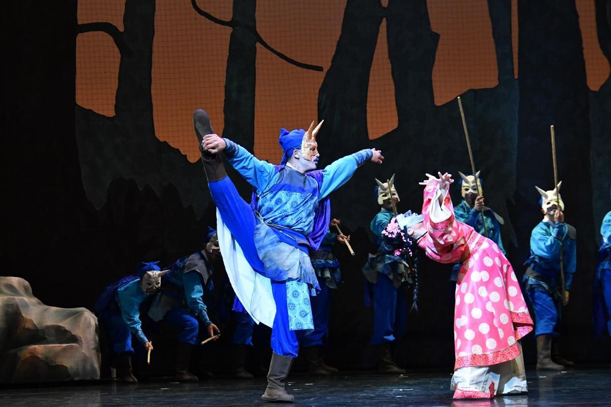 《諸葛四郎》有不少武俠打鬥場面,以傳統戲曲武功身段結合街舞、機械舞等元素。(紙風車劇團提供)