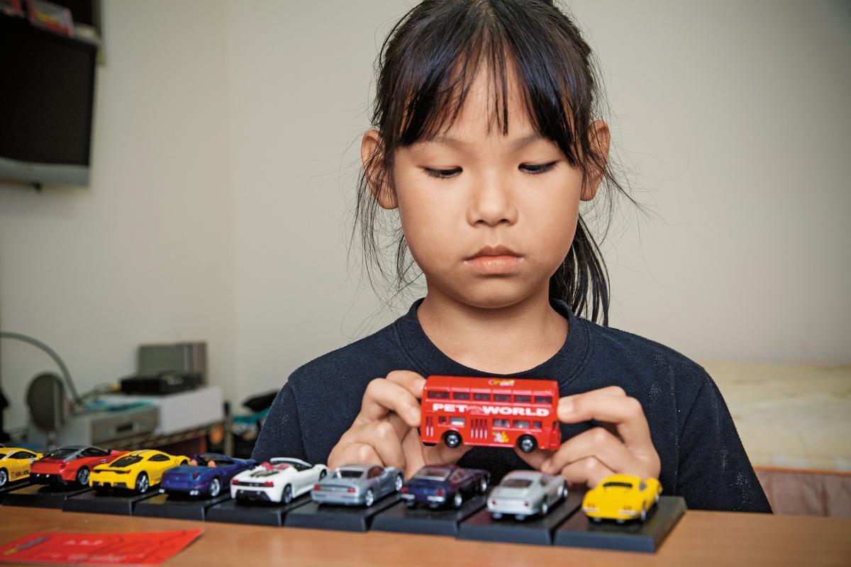 陳俊男生前極愛收集車輛模型,10歲的女兒小倩撫摸著車子,低頭不語。