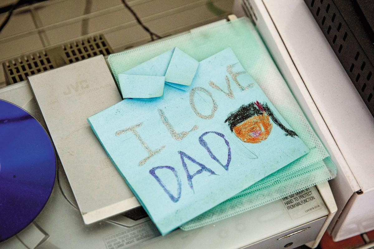 小倩寫給陳俊男的父親節卡片,靜靜躺在房間一角。