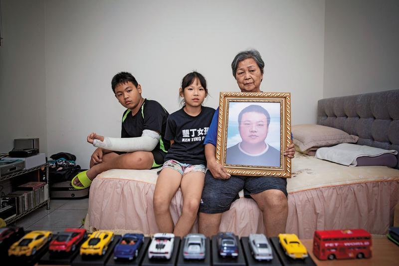 陸客團司機陳俊男今年3月因過勞死亡,身後留下2個還在讀國小的兒女及高齡老母。