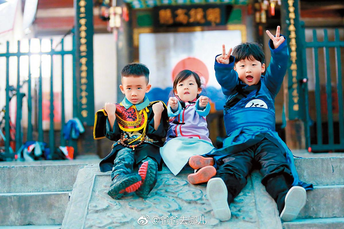 最新一季《爸爸去哪兒》捧紅了陳小春兒子Jasper(左起)、劉畊宏女兒小泡芙,以及中國藝人杜江兒子嗯哼。(翻攝自《爸爸去哪兒》微博)