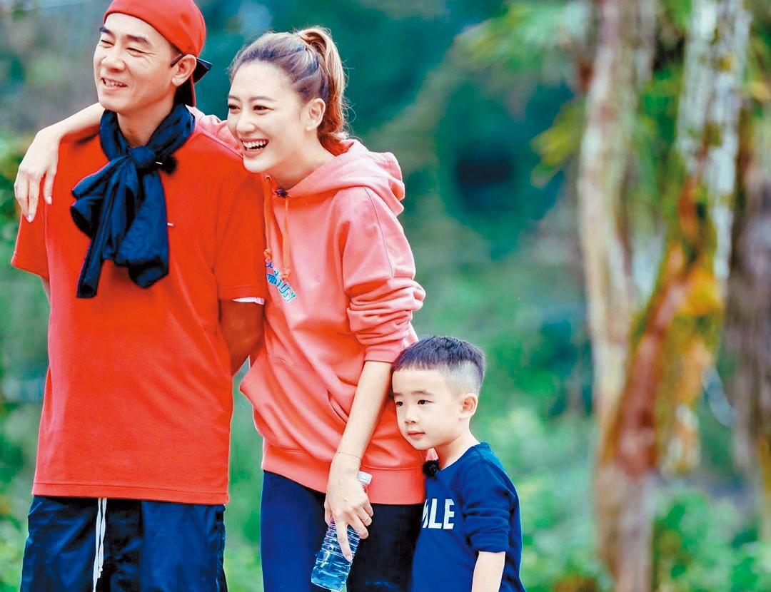 陳小春(左起)、應采兒及兒子Jasper參加真人秀《爸爸去哪兒》,父子一炮而紅,片約、廣告約不斷。(翻攝自《爸爸去哪兒》微博)