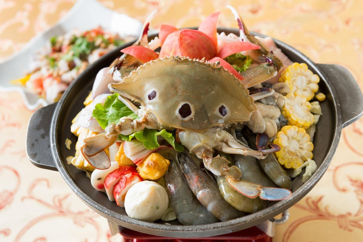 招牌菜「海鮮牛奶鍋」,用上蟹、蝦、魚、玉米與高麗菜等豐富食材,料多味美。(600元/份)