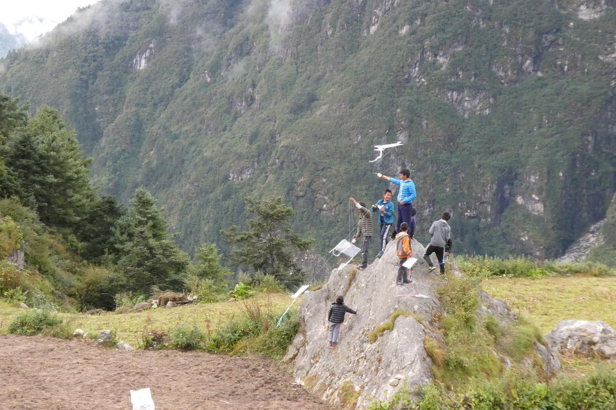 尼泊爾的小孩,似乎特別愛玩風箏。