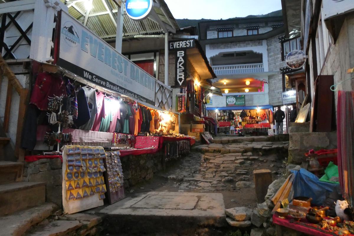 Namche bazer(南崎巴札)市集中,充滿各式商店。