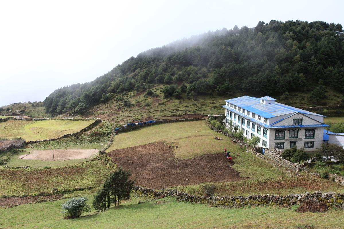 位在聚落上方的小學,是沿途唯一的學校。