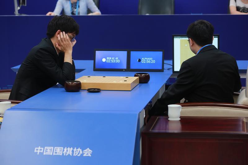 人工智慧今年5月擊敗棋王柯潔,但AlphaGo的功能僅止於下棋。(東方IC)