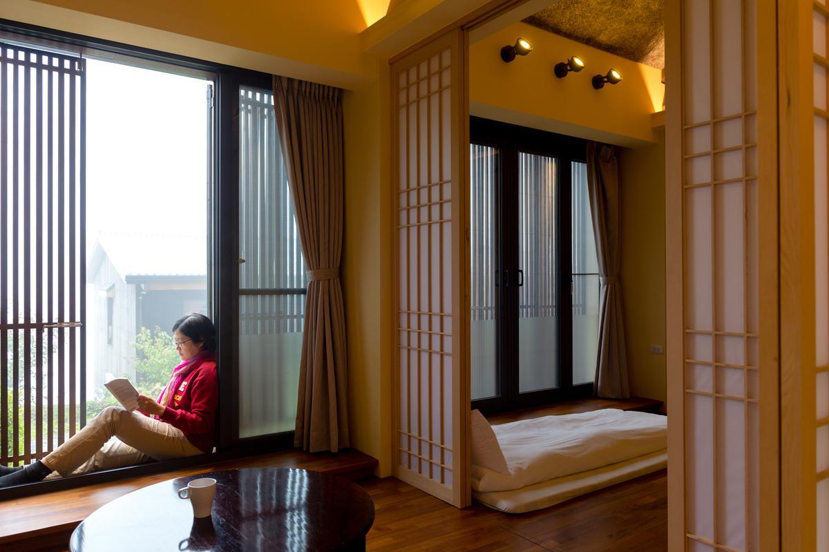 「扁柏小屋」不論在臥房或是客廳,推開門即能與戶外連結。