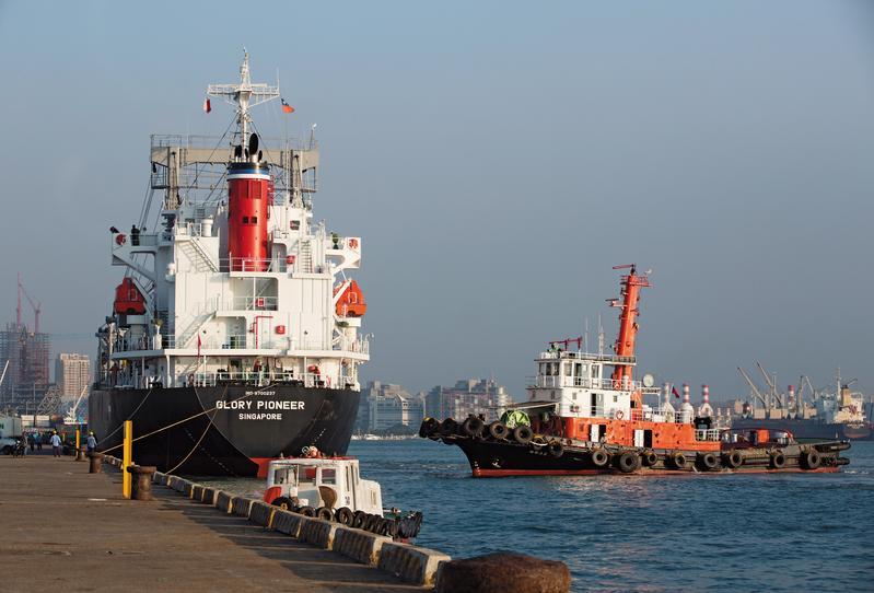 高雄港勤服務公司獨占高雄港85%的拖船業務10年,卻也讓國庫少了2億元的收入。