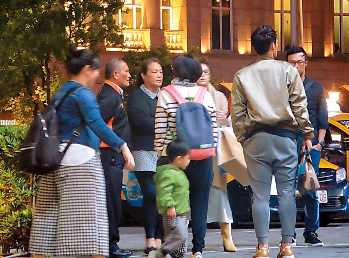 11/5 18:05 陽岱鋼和愛妻謝宛容及陽爸、陽媽一行人在台北市信義區貴婦百貨下車。