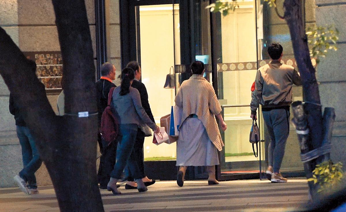 11/5 18:07 陽岱鋼一家人步入貴婦百貨,前往高檔涮涮鍋店用餐。