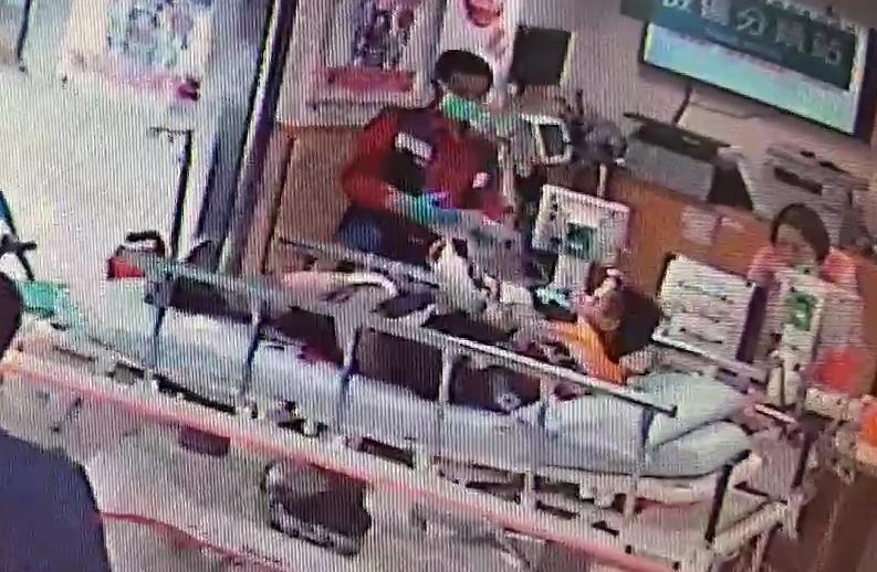 被送進醫院的李男腿部連中3槍,經過搶救,還好意識還算清楚。(警方提供)