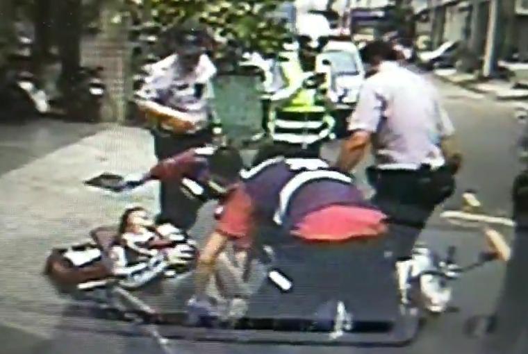 警消趕緊將受槍傷的李男包紮止血。(警方提供)
