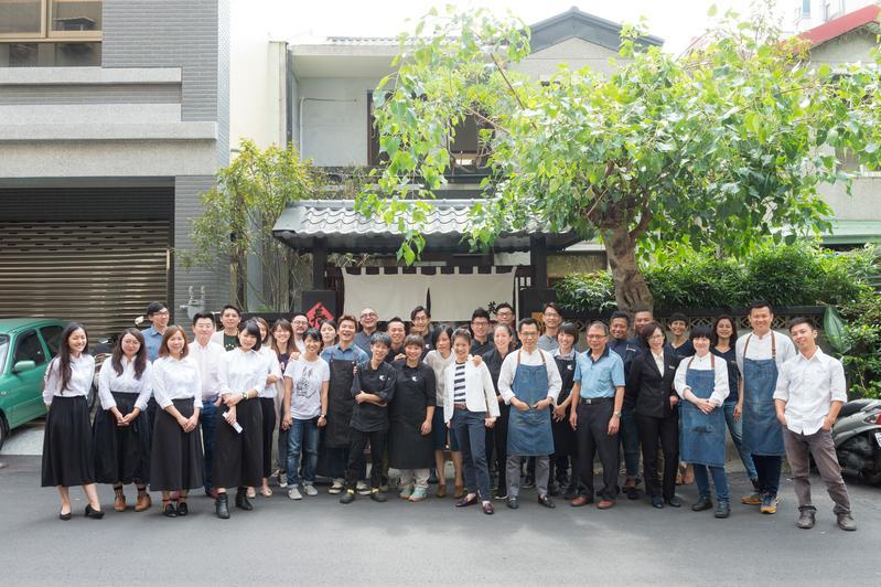 「野臺繫」餐酒會集結20位跨界職人,以料理呈現中台灣的風土滋味, 這場餐會也把台灣最難訂的幾家餐廳一次串連,多位知名大廚及職人齊聚餐會上,讓人相當期待。