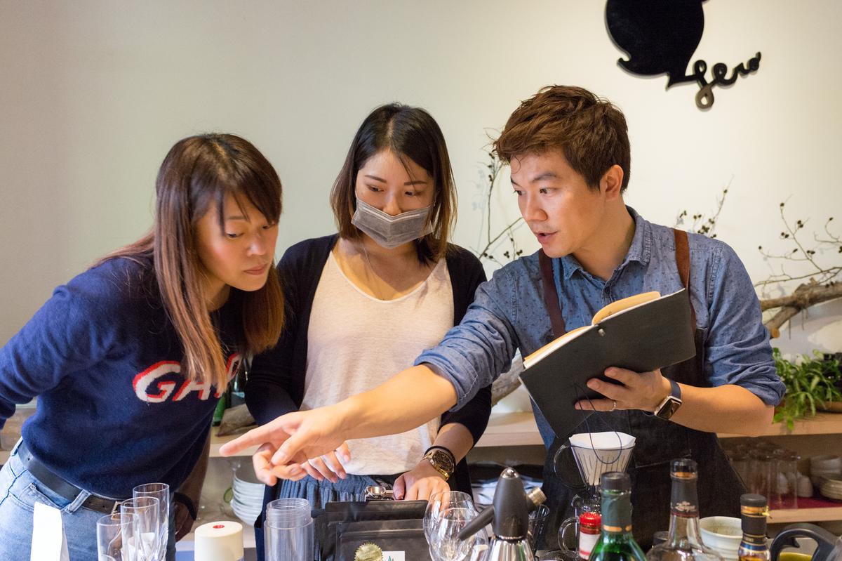 「The Lobby Of Simple Kaffa | Hotel V」吳則霖(右)以台灣咖啡調飲搭配菜色。
