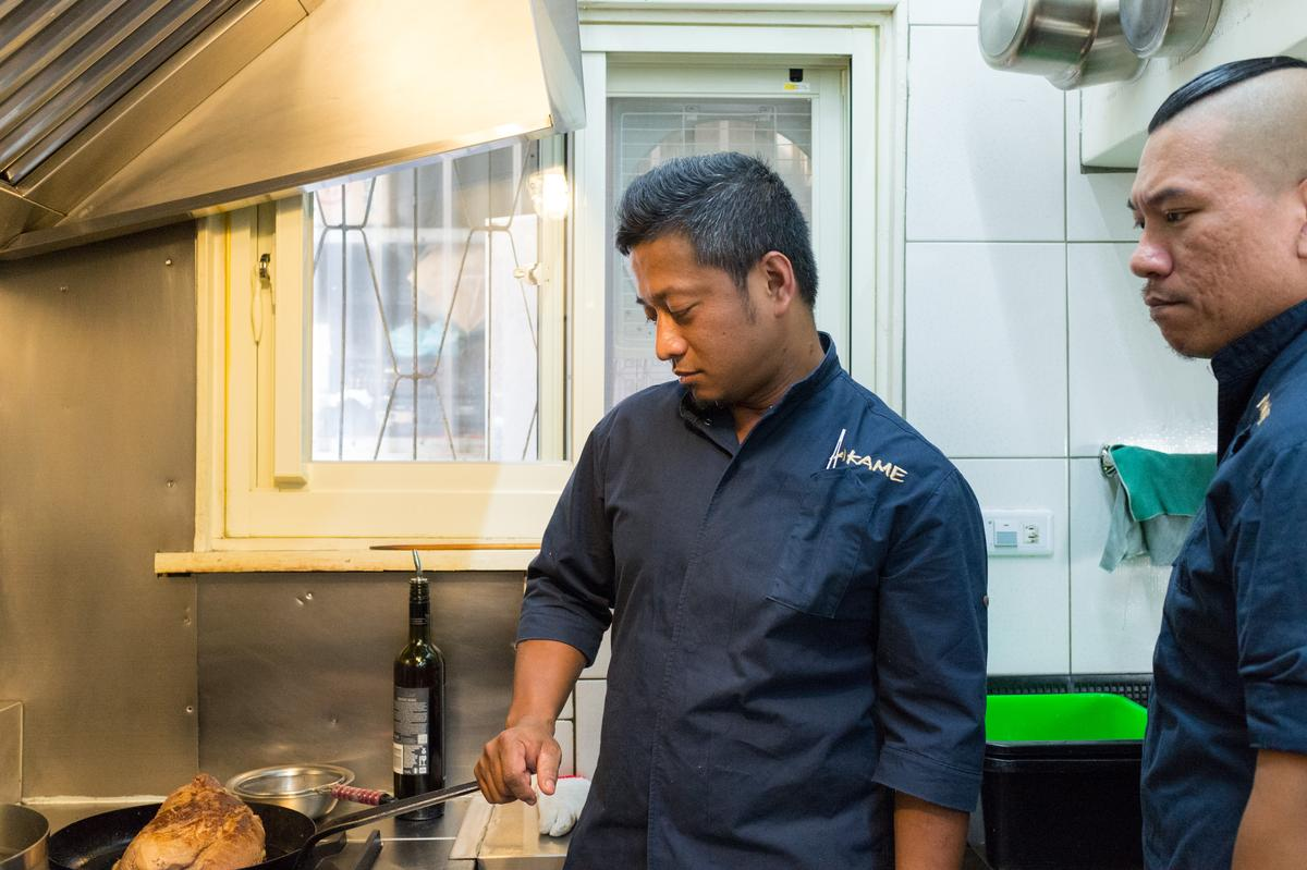 擅長料理山海味道的「Akame」主廚Alex(左),選用南投黑豬入菜。