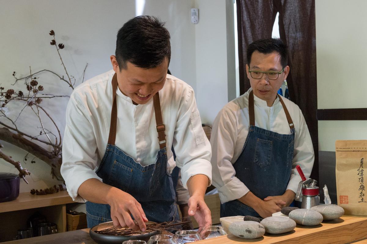 「Thomas Chien Restaurant」主廚簡天才(右)團隊,為餐會端上開胃菜。