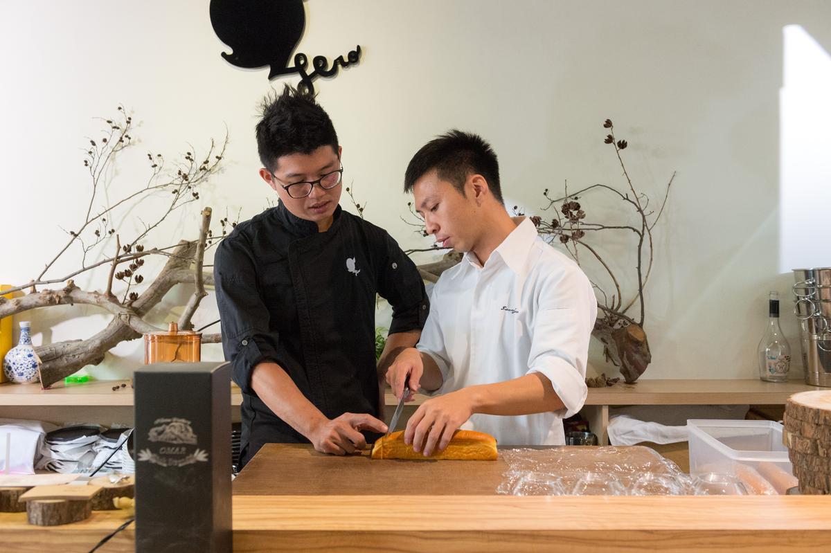 「英雄餐廳」林凱維(左)和「安工坊麵包」趙國佑(右)討論麵包最適口的分量。