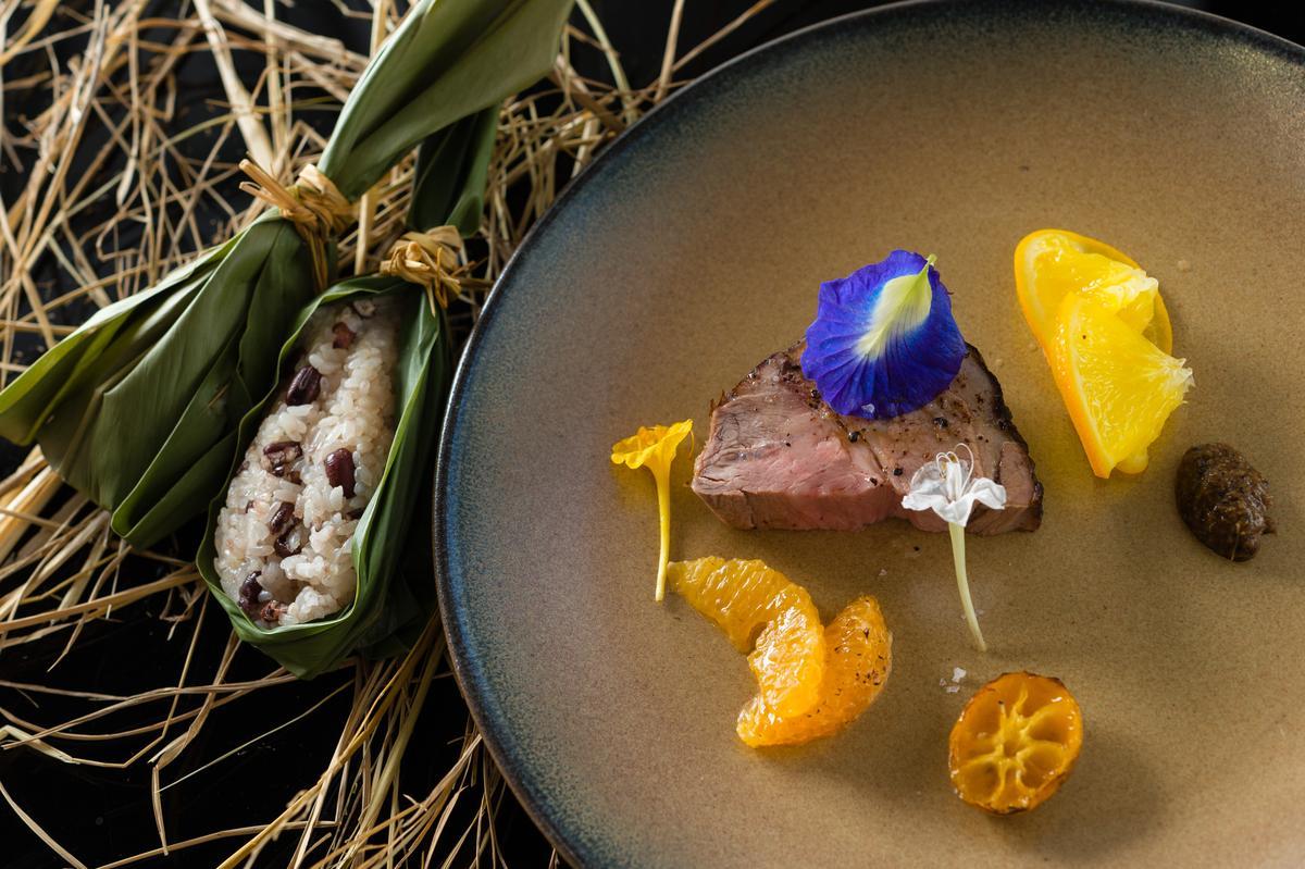「仁愛柑橘 南投百六黑豬梅花肉」是「Akame」Alex的負責的菜色,原本粗獷的炙烤豬料理來到中部,配上陶藝家林永勝的陶盤,更添細緻感。