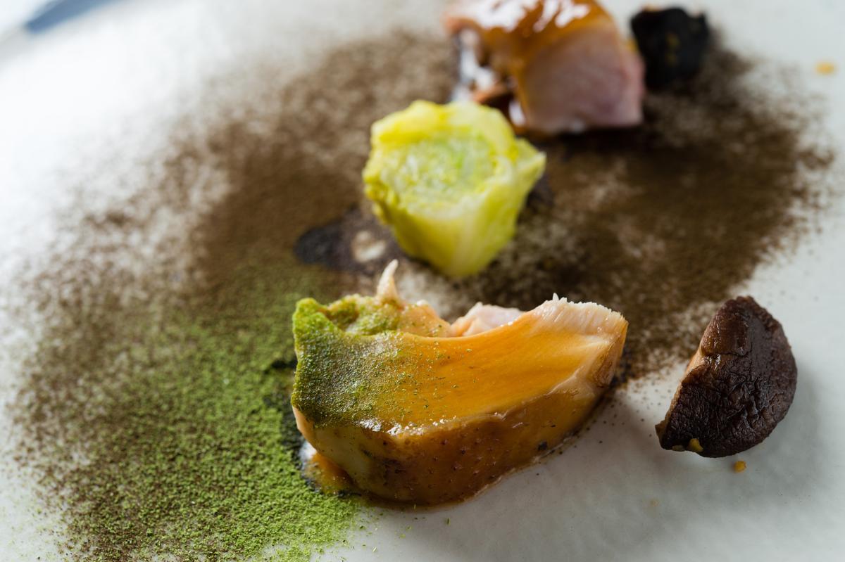 「態芮」何順凱端出來的「叫化雞」,在黑羽土雞內填入埔里乾香菇及紅蘿蔔、洋蔥、栗子等後以荷葉包裹,再塗上厚厚的千秋陶坊的陶土,以160度爐烤,肉質甜嫩,風味極為豐富。