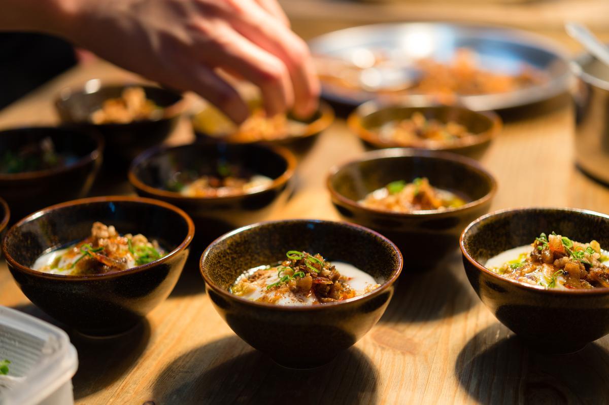 「英雄餐廳」主廚蕭淳元和林凱維聯手的「菜脯蛋 南投土雞蛋」,把台農77號鹹濕米炒過加大根煮成米泥,加土雞溫泉蛋、自製菜脯,鹹甘腴滑。