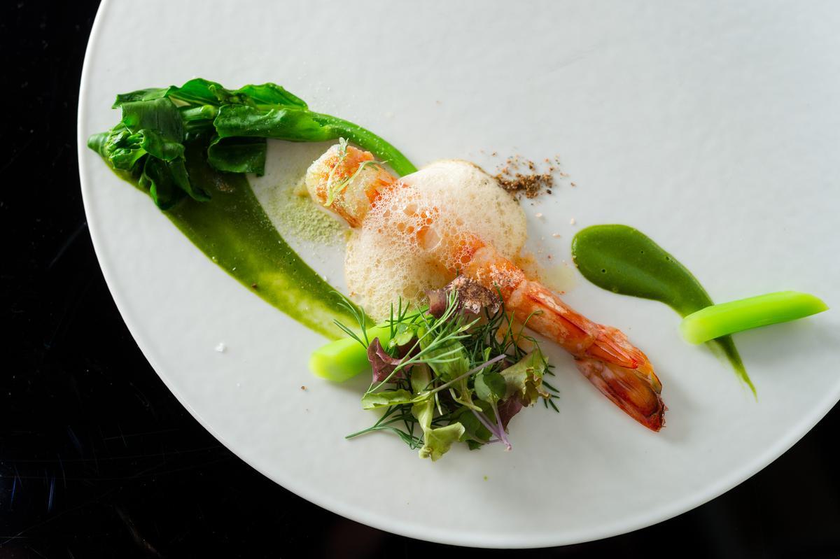 「英雄餐廳」主廚蕭淳元和林凱維聯手的「清水韭菜蝦」,以清水生產的韭菜、韭黃搭配鮮蝦,撒豆鼓粉及蝦粉增加其風味,讓海鮮甜味更多層次。