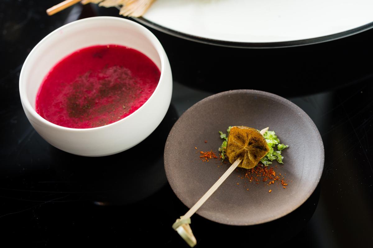 以火龍果、紅蘿蔔、聖女番茄、醃漬洛神花蜜以及紅烏龍調製季節果汁「火紅女神龍」,這杯「詩人酒窖」侍酒師Morris調製的果汁令人回味。