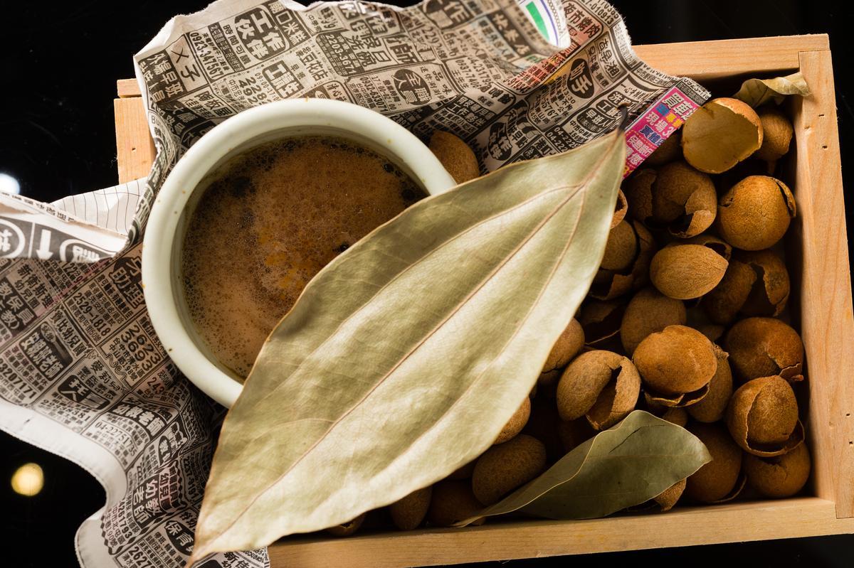 以燒烤過的南投番薯加老薑母、桂圓調製的「烏梅燒番薯」是冬季感濃濃的暖果汁。