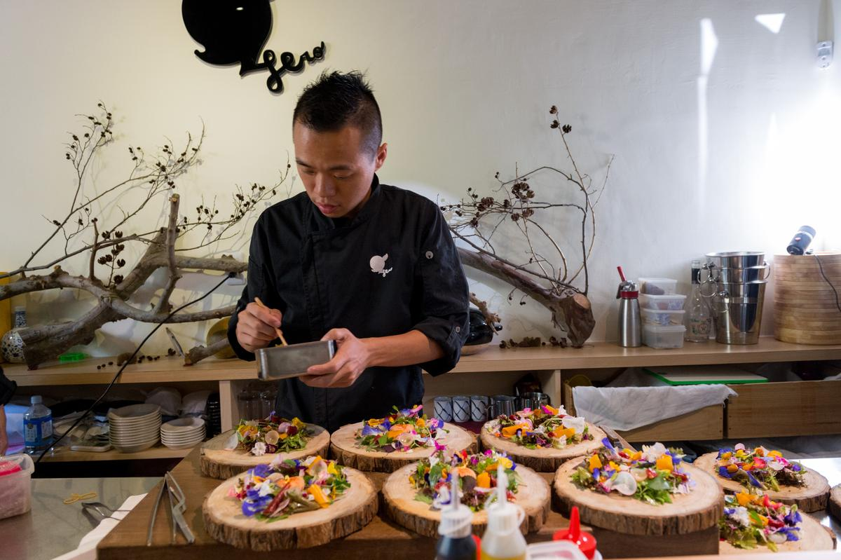 「英雄餐廳」招牌沙拉全都來自主廚自種的花卉蔬菜,從種植、採收到料理,都是對用餐的人的心意。