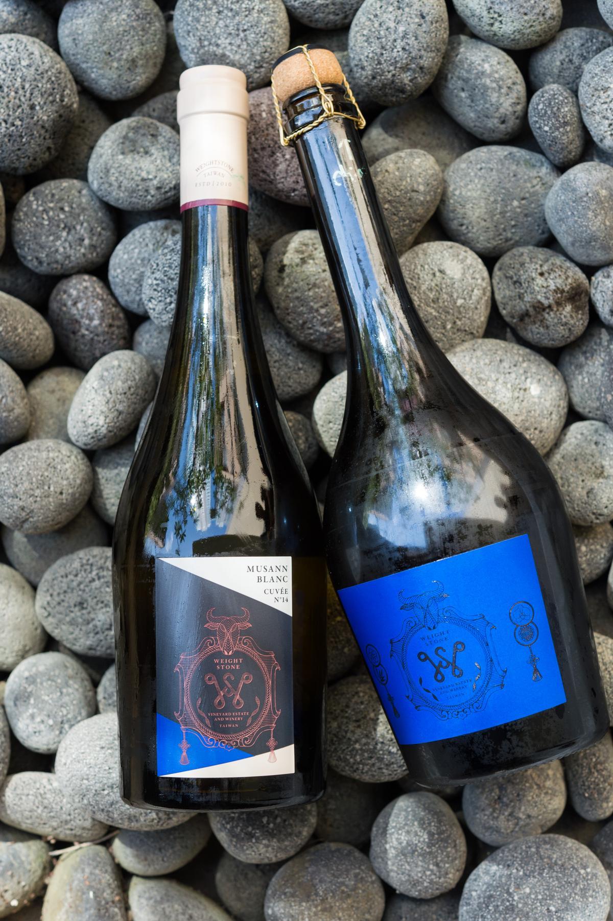 最能展現台灣風土的台灣葡萄酒「威石東」白中白氣泡酒(右)與2014年份限定木杉白酒(左)。
