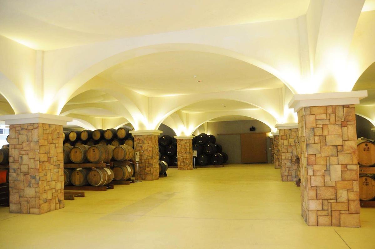 為期2天共4場的「野臺繫餐酒會」將於12月9日、10日在南投酒廠酒窖內辦桌進行。(野臺繫主辦單位提供)