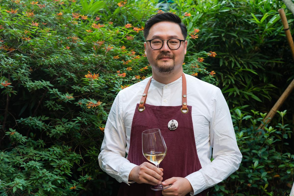 「詩人酒窖」侍酒師Morris,負責操作酒水、咖啡和果汁登場時機,實際試菜後驚豔他魔術般的功力。