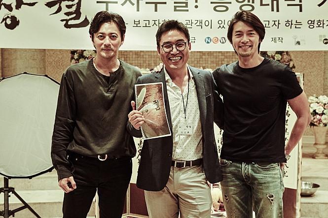 《猖獗》由《機密同盟》導演金成勳與炫彬(右)再度合作,張東健(左)和炫彬飾演死對頭。(翻攝Naver Movie)