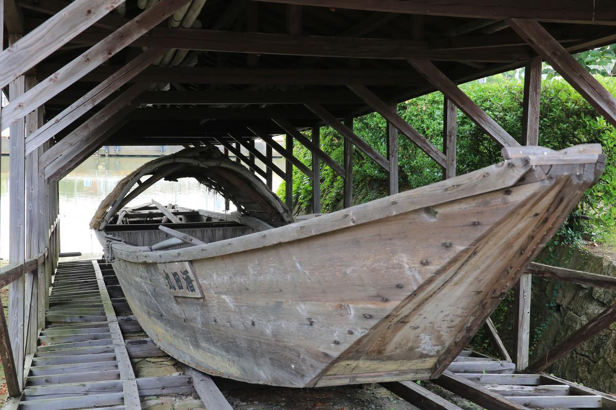 位在河岸邊的船隻修繕處。