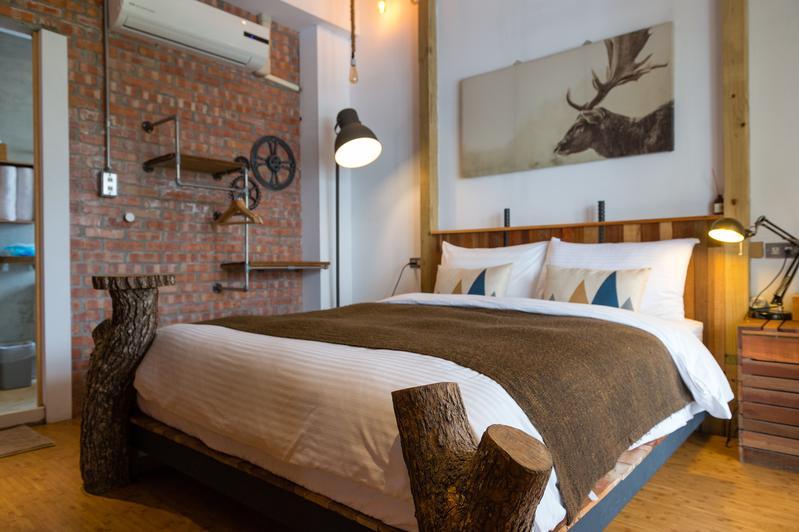 這間客房從床架到牆面充滿水電工的突發奇想。