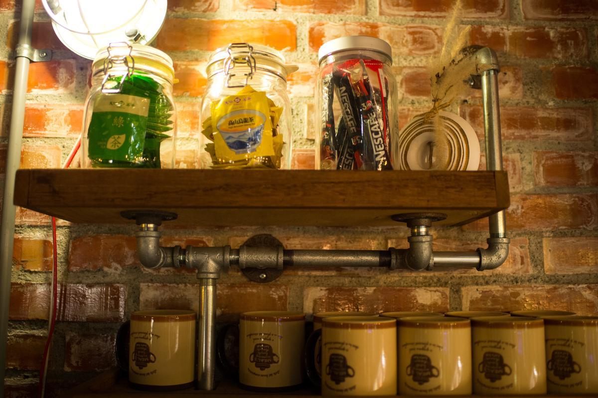 杯架用的是水電材料,粗獷有型。