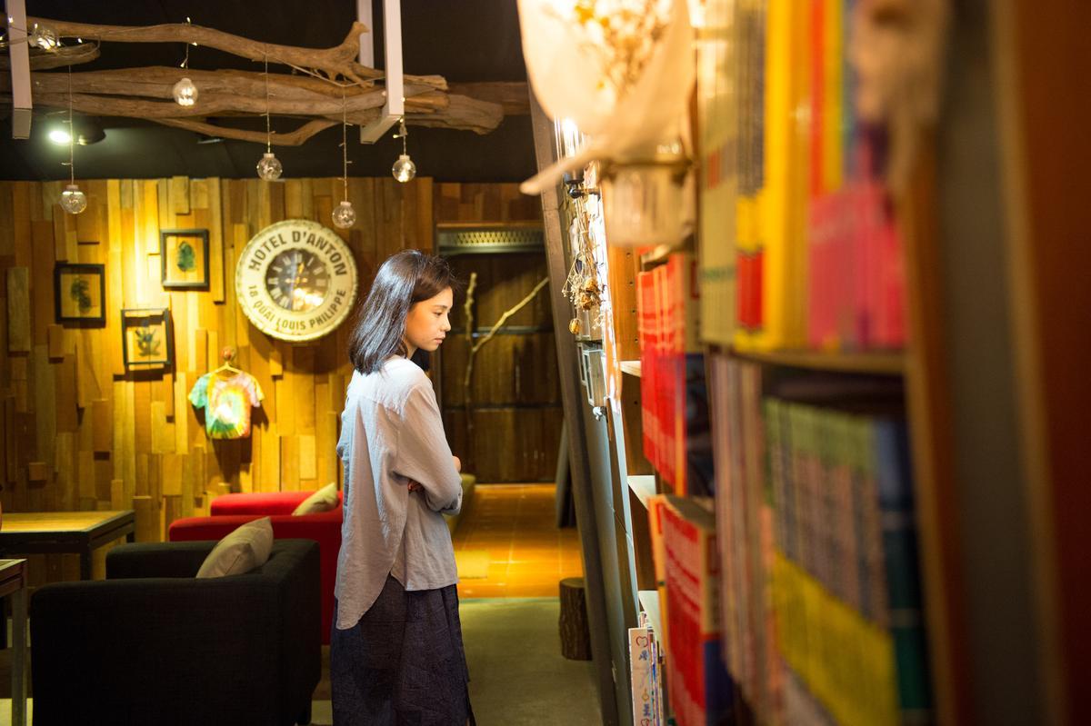 牆櫃擺滿各式書籍。