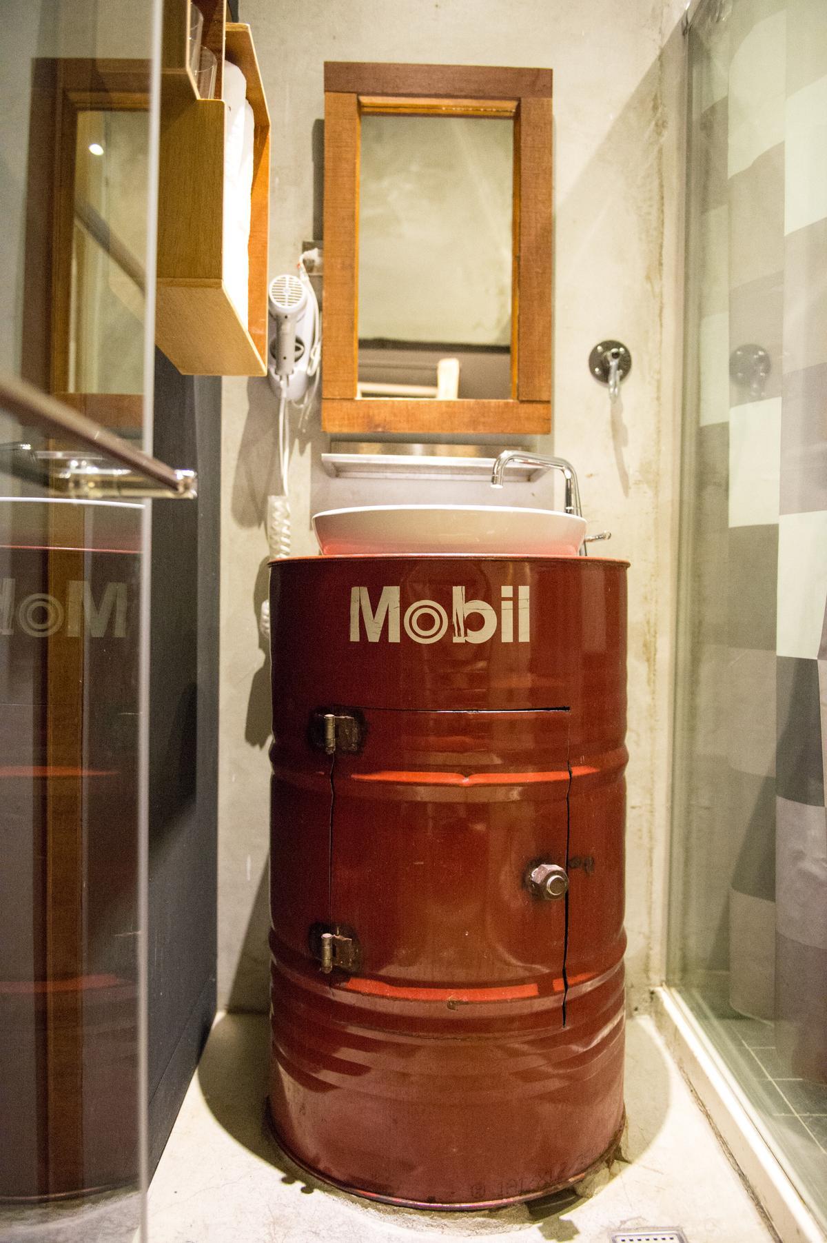 大鐵桶洗手台,讓浴室時髦起來。