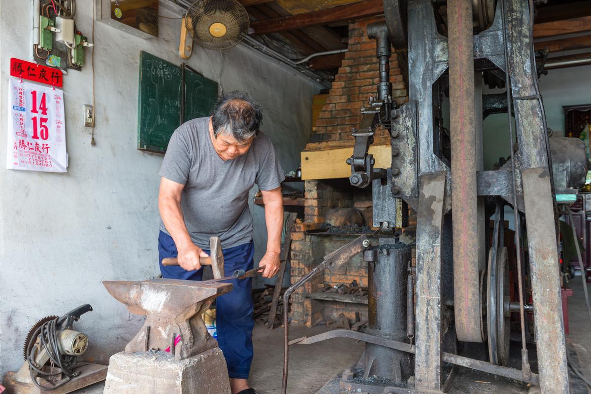 「金豐興鐵店」老闆黃錦龍示範傳統打鐵。