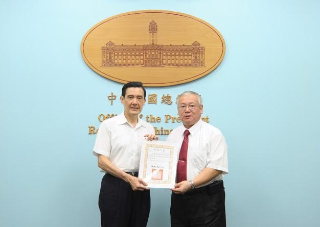 前總統府副祕書長熊光華(右),曾在總統府內接受陳慶男及財務顧問黃高明的陳情。
