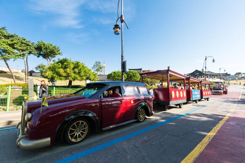 觀光客搭上「華城御車」,就能欣賞世界文化遺產「水原華城」。