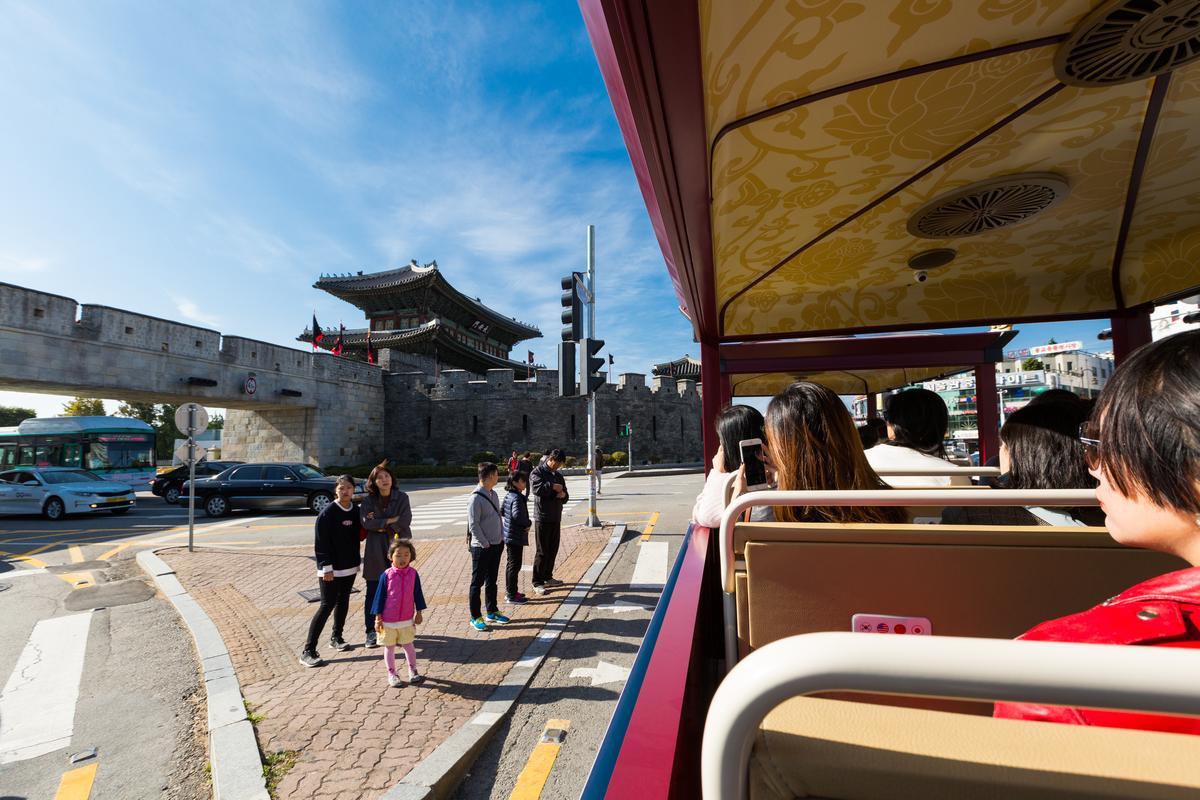 繞行水原華城一圈,可見新舊共榮的街景。