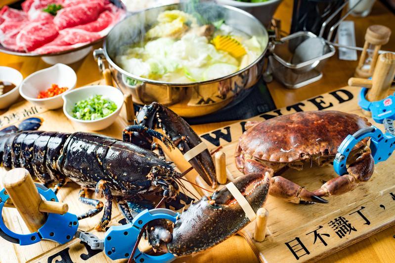 「大釧鍋物」主打各國進口大型活海鮮,上桌時會上手銬避免牠們落跑,意外成了打卡亮點。