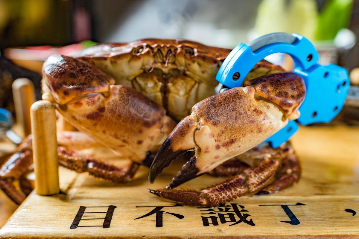 「愛爾蘭睡蟹」以豐滿蟹膏、蟹黃出名,分量大約是沙公、沙母的1.5倍。(1,898元/雙人套餐,價格會依海鮮大小、時價做調整。)