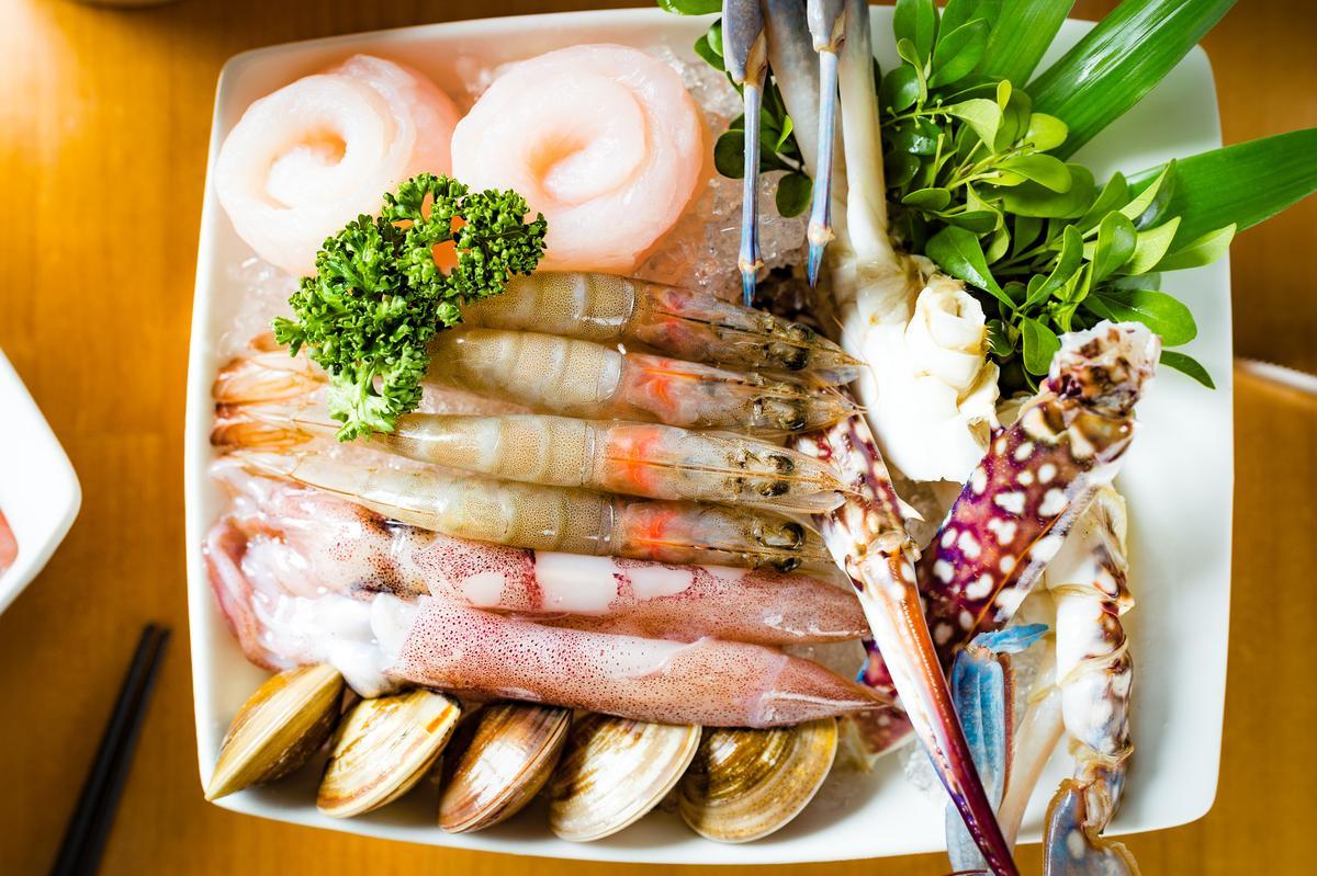 「綜合海鮮拼盤」吃得到斯里蘭卡藍蟹、雪花魚卷、白蝦、小卷、蛤蜊。(299元/份)