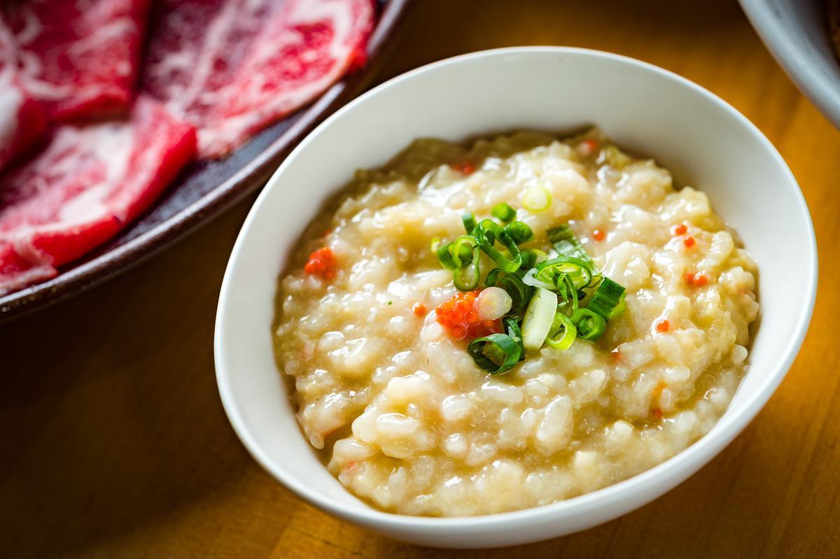 吃完所有鍋料,店家能免費幫忙煮雜炊,把鮮美海味盡收胃裡。