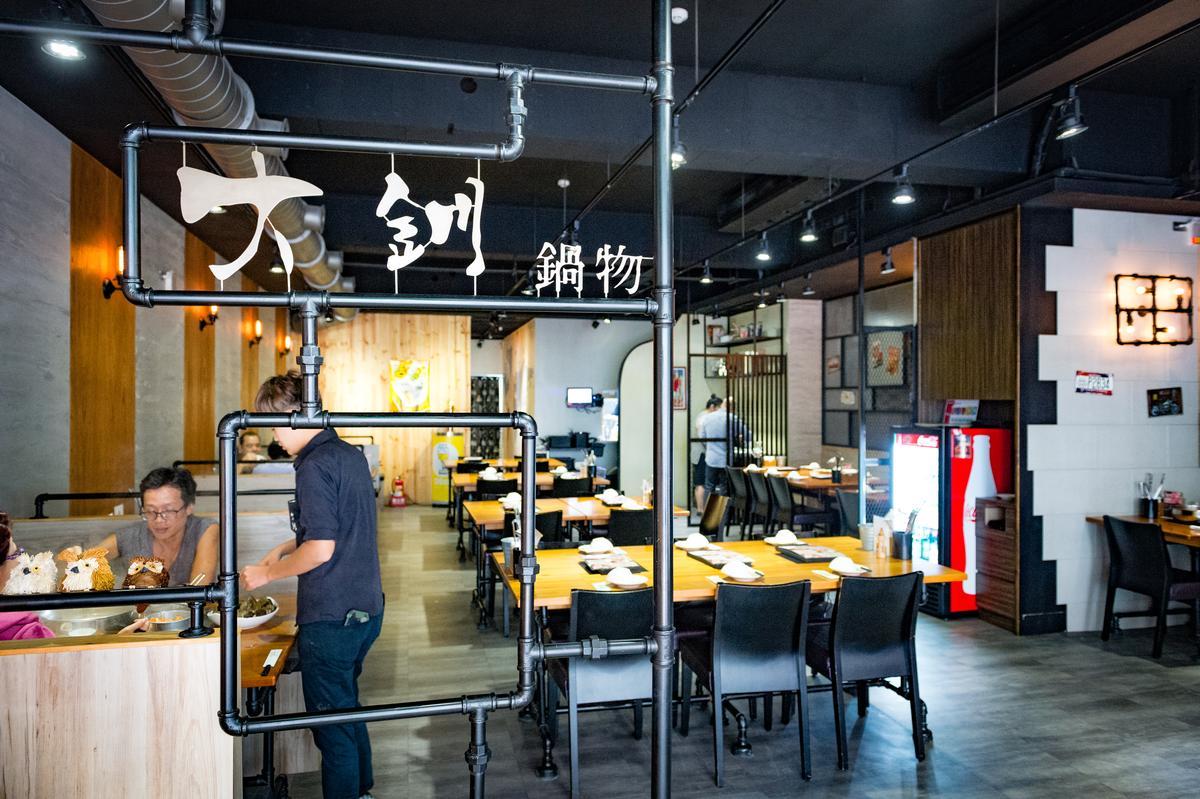 餐廳以美式工業風裝潢營造輕鬆舒適的用餐氛圍。