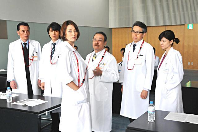 藤木直人(左二)曾出演《派淺女醫》第二季。(網路照片)