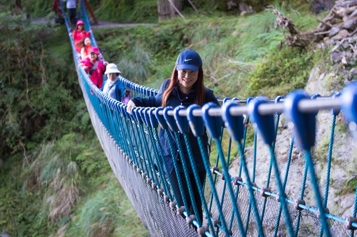 短短步道中架設2段吊橋,避開土石鬆動處也多了樂趣。