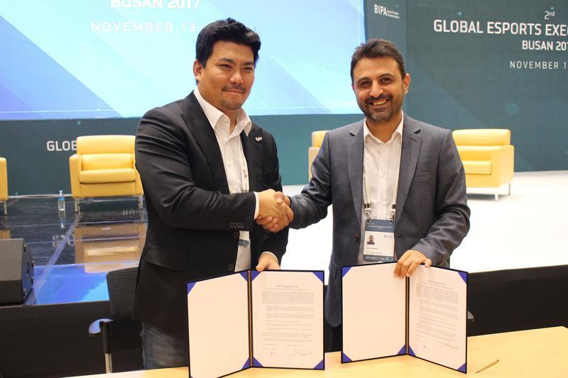 IeSF 秘書長 Alex Lim (左)與城市花園大學資深顧問 Serhat Bekdemir (右)簽訂合作備忘錄。(圖/ IeSF )